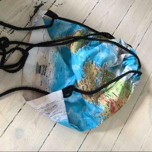 Väskor, världskarta och the fault in our stars motiv toppen skick