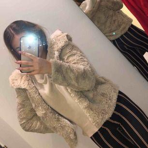 En vit pälsjacka från vero moda, Kan skickas då står köparen för frakten annars mötas upp i norrköping, Köpt för 500kr, använd ett par gånger, jättebra skick inte trasig någonstans, väldigt skön höst/vår jacka