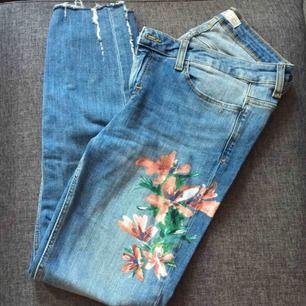 Jeans från ZARA  Med mönster nästan aldrig använda. Har slitningar vid anklarna  och jättefin passform. Köpta för 379kr men säljer för 100