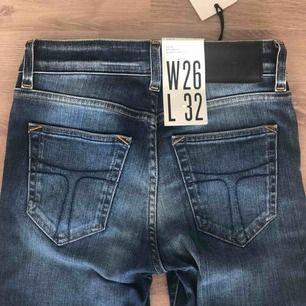 Helt oanvända supersnygga jeans från tiger of sweden. Ordinariepris 1599kr. Alla lappar + prislapp sitter kvar. Storlek 26 i midja och 32 i längd.