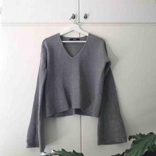 Mysig grå stickad tröja från BIKBOK. Storlek är S, men aningen större. Så mer S/M. Vida ärmar. Fint skick.  Mötas upp eller Fraktkostnad: 60kr