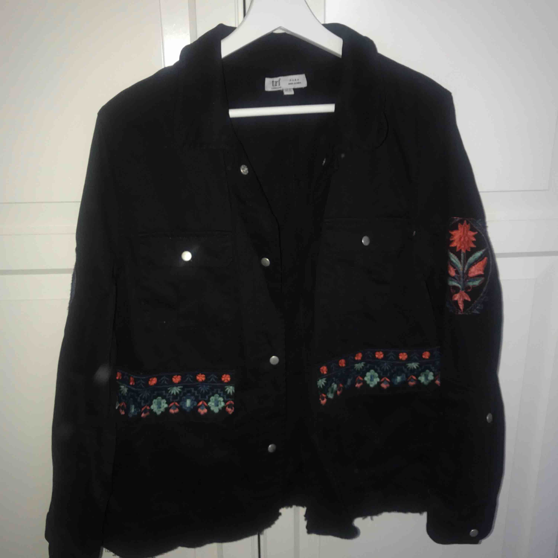 En svart tunn skjorta/jacka från Zara med coolt rött tryck bak och på armarna. Jättebra skick verkligen för den är aldrig använd. 100kr, köparen står för frakt!☺️. Jackor.