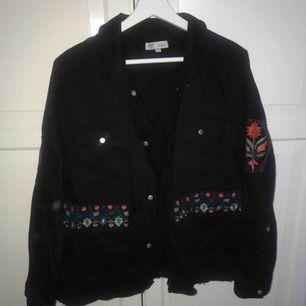 En svart tunn skjorta/jacka från Zara med coolt rött tryck bak och på armarna. Jättebra skick verkligen för den är aldrig använd. 100kr, köparen står för frakt!☺️