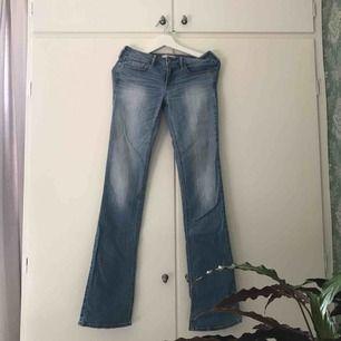 Bekväma jeans från hollister. W.26. L.35.  Låg midja och små slitningar ner till. Ljusblå. De är en Bootcut modell med mer inslag av att vara straight.  Frakt: 50kr med Posten