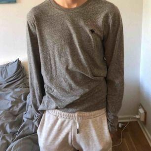 Grå långarmad abercrombie and fitch tröja, använt ett fåtal gånger. Väldigt skönt material och passar både någon med S och M. Köparen står för frakt