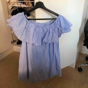 Off shoulder klänning, super fin från Zara.   Köparen betalar frakt eller kan upphämtas