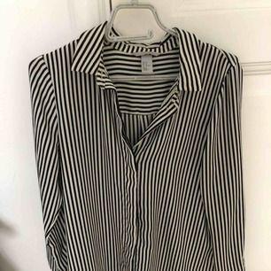 Skjorta blus från HM randig kan användas som oversize