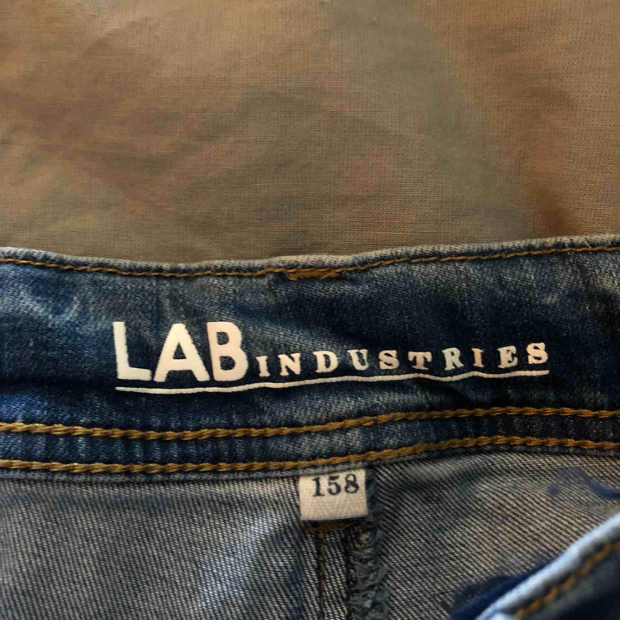 Blå, jeans med slitningar (köpte dem så) ganska små och tajta, därför jag säljer dem för har växt ur de. Köparen står för frakt . Jeans & Byxor.
