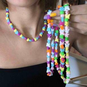 Färgglada (pärla) halsband jag gjort själv men kommer inte till användning!  Frakt tillkommer på 10kr :)☀️🧸 vid frågor tveka inte på att höra av dig !!:)💖