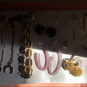 Olika halsband och örhängen som säljs då de inte kommer till användning! Frakt tillkommer på 10kr :)☀️🧸 vid frågor tveka inte på att höra av dig !!:) olika priser för olika smycken men mellan 20-50kr :)