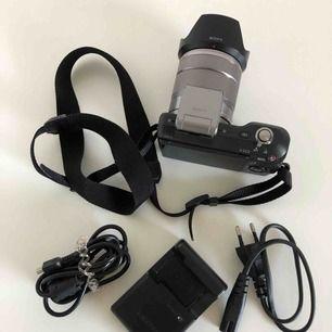 Säljer min Sony NEX 3 kamera 14,2 megapixlar som jag haft i många år men använd ytterst lite, kameraväska medföljer samt original batteri+laddare USB sladd