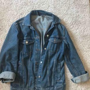 Oversized jeans jacka från hm i storlek 36. Säljer på grund av använder aldrig. Frakten tillkommer på 60kr