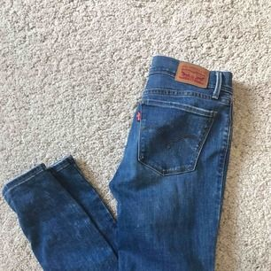 Säljer mina Levis jeans i storlek W26. Dem är i modellen super skinny men stretchiga i materialet. Frakten ingår i priset ✨