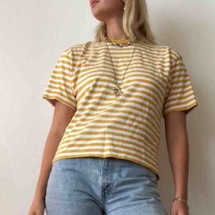 Supersöt randig gul tröja köpt från Brandy Melville. Nypris 350 kr!