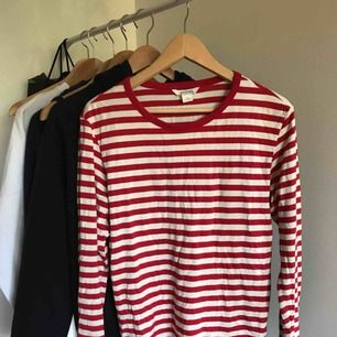 Jätte fin röd och vit randig långärmad tröja. Är i storlek S men passar XS och M också!💕💕 otroligt bra skick då den endast är använd ca 5 gånger! 80 kronor ink frakt, kontakta mig om du är intresserad!💕