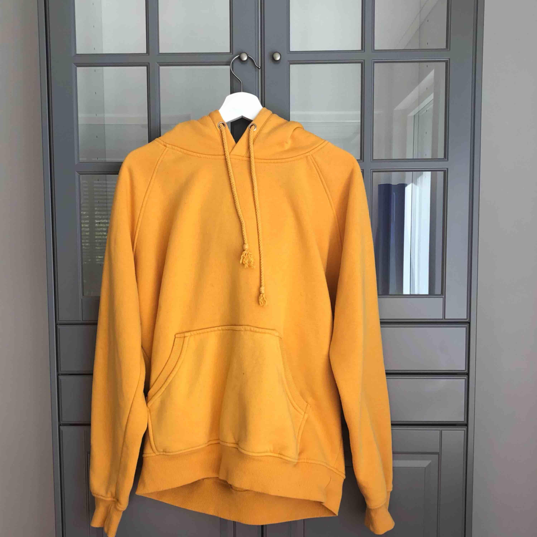 Säljer min fina gula hoodie som jag har haft i ca 1 år. Köpte den för 399kr i storlek L eftersom jag ville ha den lite oversized. Väldigt skön och mysig! . Huvtröjor & Träningströjor.