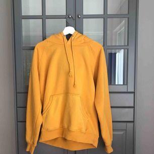 Säljer min fina gula hoodie som jag har haft i ca 1 år. Köpte den för 399kr i storlek L eftersom jag ville ha den lite oversized. Väldigt skön och mysig!