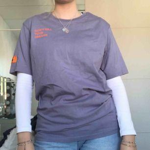 Lila t-shirt med tryck på rygg, bröst och ärm. Perfekt till hösten med en basic outfit, bara lite roligare t-shirt! Endast använd två gånger, storlekslappen är dock borta, annars i nyskick! Nypris 400 kr. 🦄 Frakt ingår i pris (63 kr) 🦄