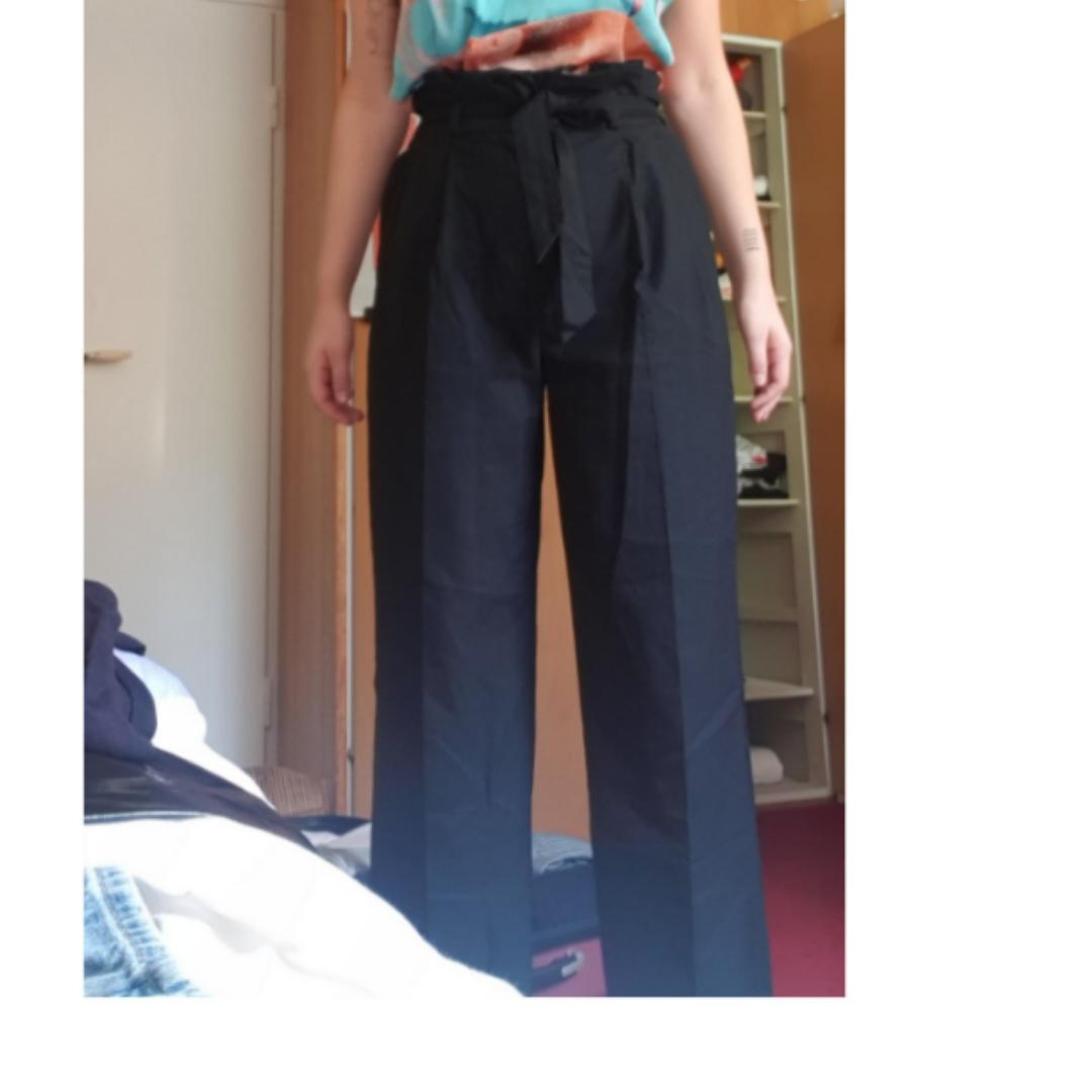 Snygga höga kostymbyxor med knytskärp i midjan! De är väldigt snygga, lång och ligger snyggt på skorna. Använda en gång! . Jeans & Byxor.