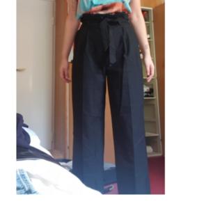 Snygga höga kostymbyxor med knytskärp i midjan! De är väldigt snygga, lång och ligger snyggt på skorna. Använda en gång!