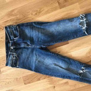 Jeans från Gina Tricot m slitning på knät
