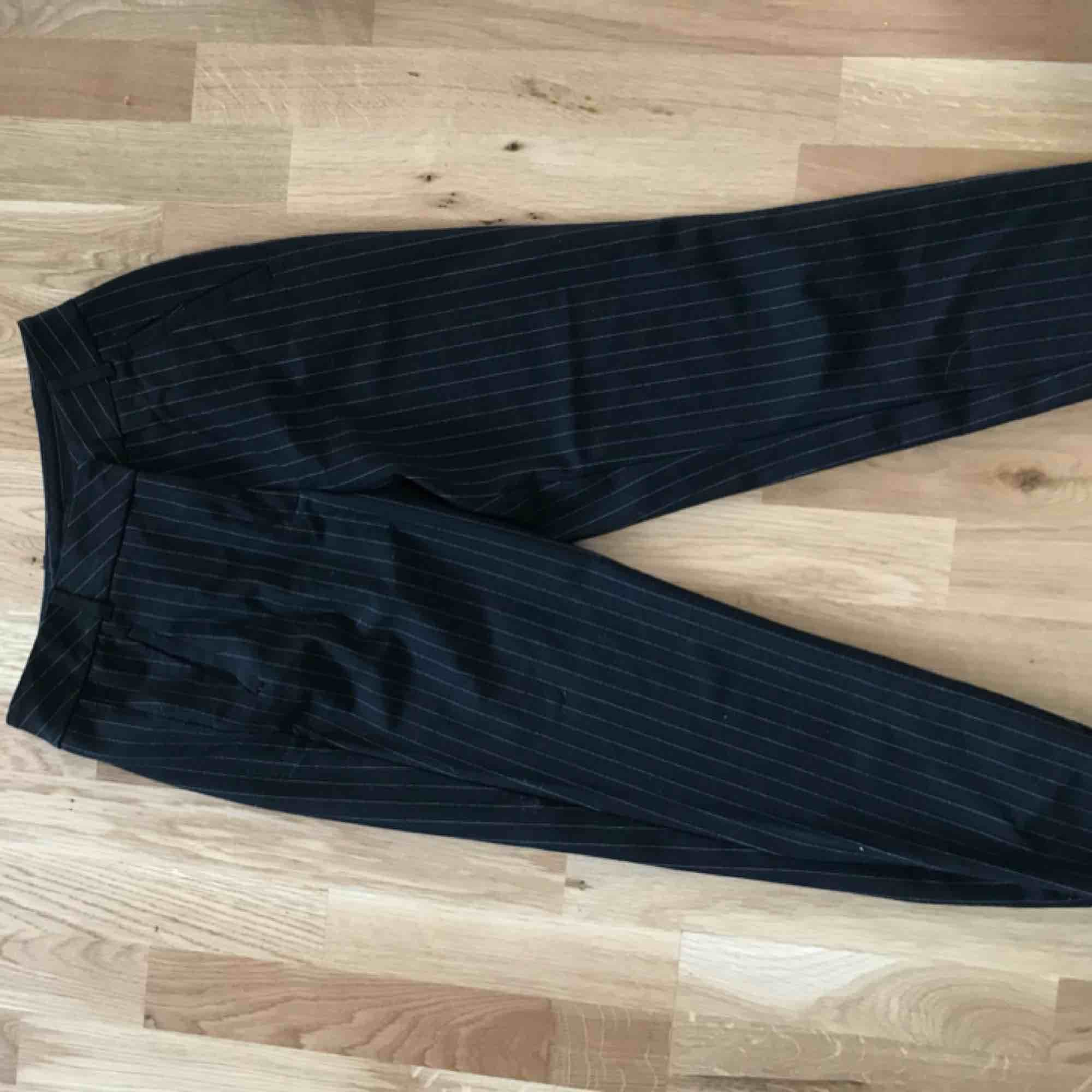 Kostymbyxor från Vero Moda, kritstrecksrandiga. Jeans & Byxor.