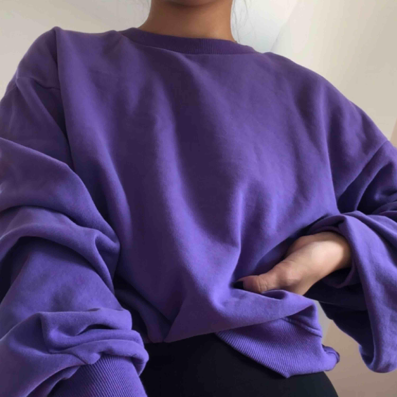 Snygg lila tjocktröja från Bik Bok. Fina veck detaljer på armarna, väldigt mjuk och mysig. Nyskick då den i princip är oanvänd ❤️. Huvtröjor & Träningströjor.