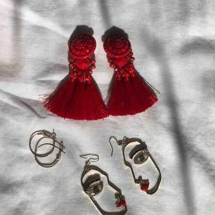 Stora röda örhängen 50kr, guldiga ringar 15kr, guldiga örhängen med ansikten 40kr, alla för 90 +frakt tillkommer ❤️