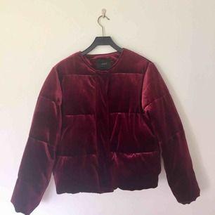 """Jacka i röd velour, köpt förra året men inte använd särkilt mycket! Den är ganska """"tung"""" och skön att ha på hösten/mildare vinterdagar. Fodret i fickorna är sönder men annars i fint skick!!🥀   Frakt ingår ej!!"""