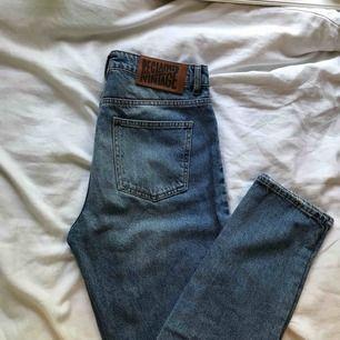 Reclaimed vintage jeans i jätte bra skick, använda ca 2 gånger! Sitter som på sista bilden🕺🏽Köparen står för frakten🥰