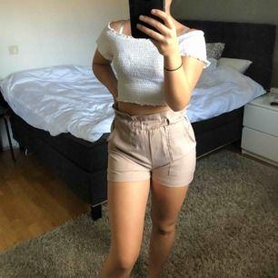 Beiga shorts! Säljer pga att de börjar bli lite små för mig. Sitter jättefint och har stora fickor där man får plats med mobilen (har en plus). Finns i svart också!