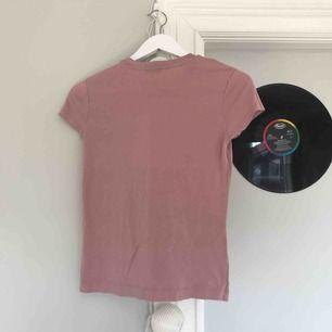 Gammalrosa t-shirt från zara. Fint skick, frakt tillkommer men kan diskuteras:)