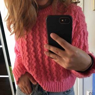 Säljer denna super fina rosa stickade tröja då den inte kommer till användning i min garderob. Den är perfekt nu till hösten då den är väldigt varm och skön 💕 obs frakt ingår inte i priset !