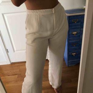 Säljer dessa byxor pga att dom inte passar mig längre tyvärr. Har använt dom ett flertal gånger men det fins inga tecken på de💕 dom är insydda i midjan och uppsydda lite kortare. Frakt ingår ej