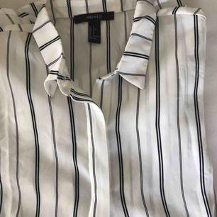 Säljer en skjortaktig kortärmad. Den är ganska oversized så passar bra att trycka ner i byxorna om man inte vill ha den så lång. Superbra skick då jag endast använt den typ två gånger, frakt ingår i priset!💕