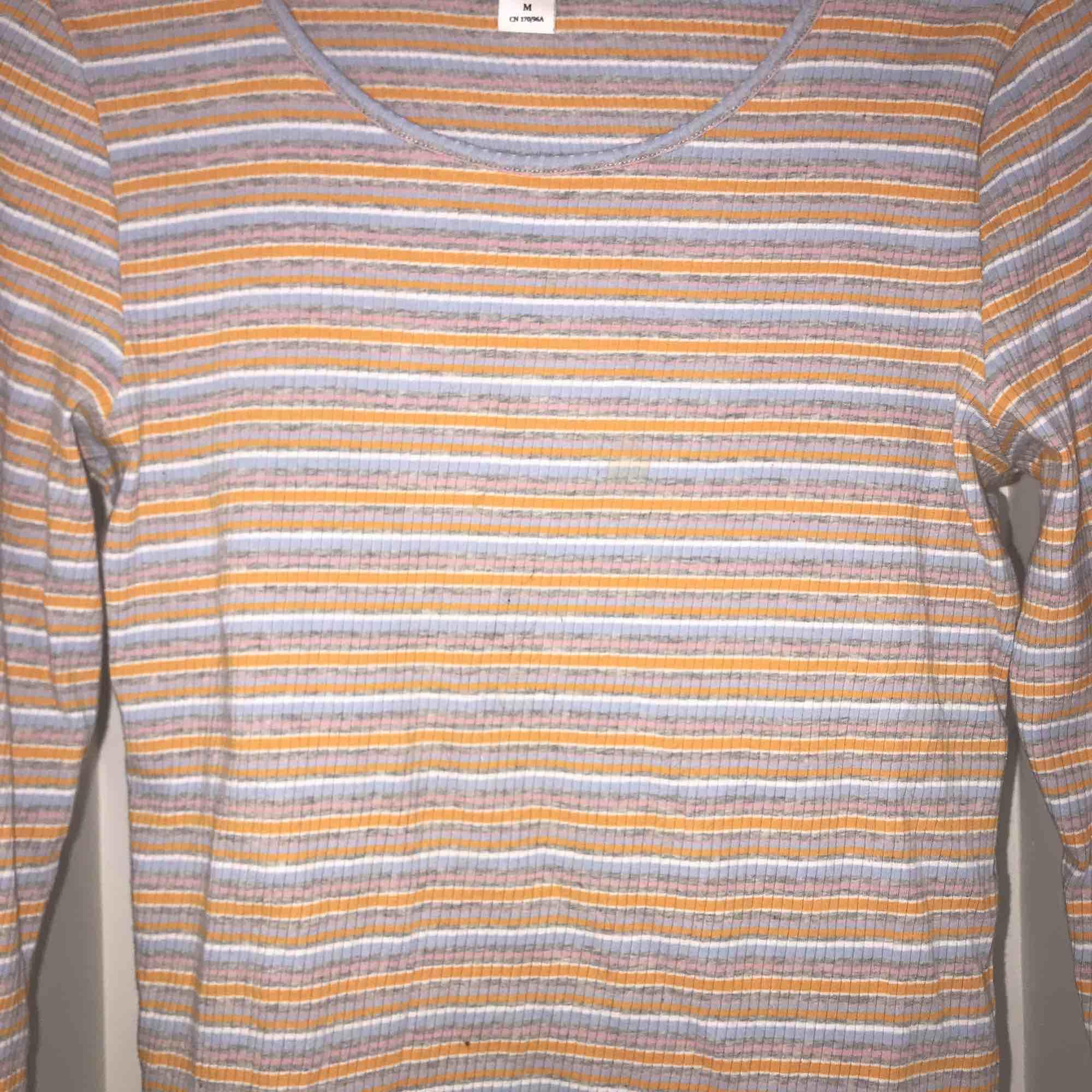 Ett färgglatt långärmat plagg/ ribba, storleken är M men fungerar för nästan slla storlekar då det är väldigt strechig och fungerar från XS-L. Skjortor.