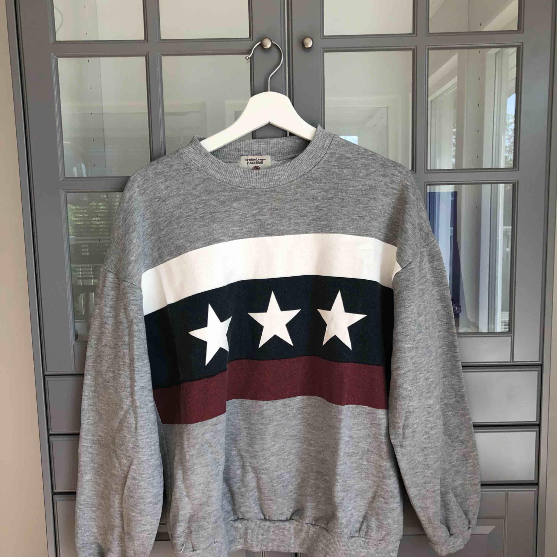 En grå college tröja/sweatshirt köpt på Pull & Bear :) . Huvtröjor & Träningströjor.