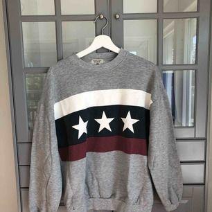 En grå college tröja/sweatshirt köpt på Pull & Bear :)