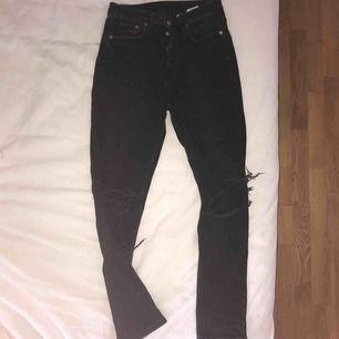 Svarta Jeans från hm med slitningar, fungerar till sött och är skit sköna