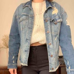 Sliten, oversized jeans jacka! Perfekt över en stickad tröja nu i höst🤩 passar egentligen alla storlekar mellan XS-L beroende på hur man vill att den ska sitta, är själv en S men har på denna bild en stickad tröja under!