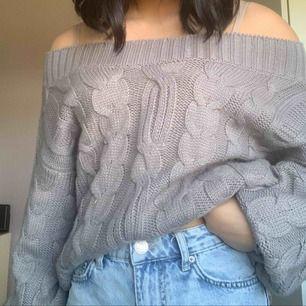 Mysig grå stickad off shoulder tröja från Fashion Union. I bra skick. Frakt tillkommer.