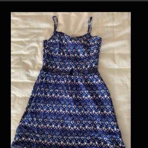 Somrig och söt klänning med utklippta trianglar!💙 Använd 1 gång och säljs nu för att den är för liten. Bra skick! Fler bilder kan skickad vid intresse☺️