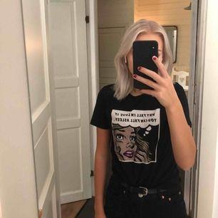 T-shirt köpt på Zalando för 149kr från märket Twintip. Använd några få gånger så den är i fint skick.  Fraktas eller möts i Karlskoga❣️