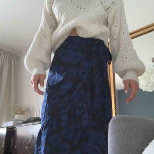 En wrap kjol som passar många storlekar pga knytning! Såå fin till en stickad tröja, säljes pga att den inte används😢
