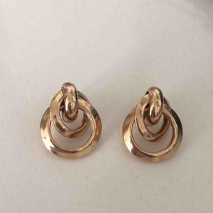 Guld örhängen från boohoo, inte använda och frakten ingår.