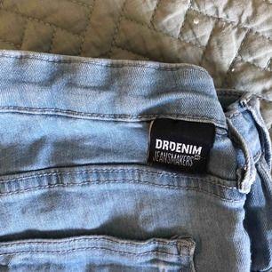 Vanliga tighta ljusblåa dr denim jeans. Använda kanske 8 ggr. Bra skick. Möts upp i Sthlm elr fraktar (kunden står för frakt).