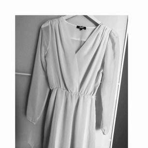 Fin vit klänning men en liten blå fläck längst ner på ena armen , i står det att det är en XS men den är som en small då jag är en small :)