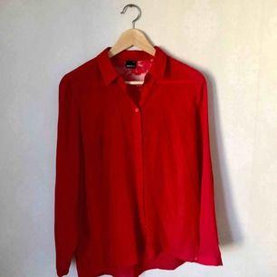 Röd blus från Gina Tricot i storlek 36. I ryggen är det spets. Kan mötas upp i centrala Stockholm alt skicka då köparen står för frakt.