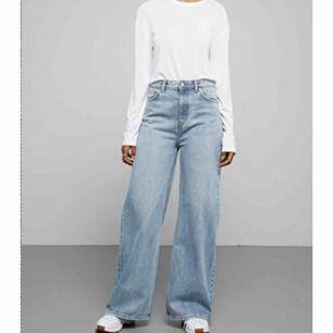 ett par vida ace jeans ifrån weekday! använda några gånger men är för stora så fint skick inga defekter⚡️⚡️ köparen står för frakt✌🏻