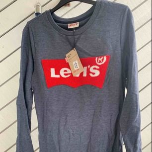 Levis tröja , i stretch material , strl;S/M  Helt ny me prislapp!  Köparen står för frakten !